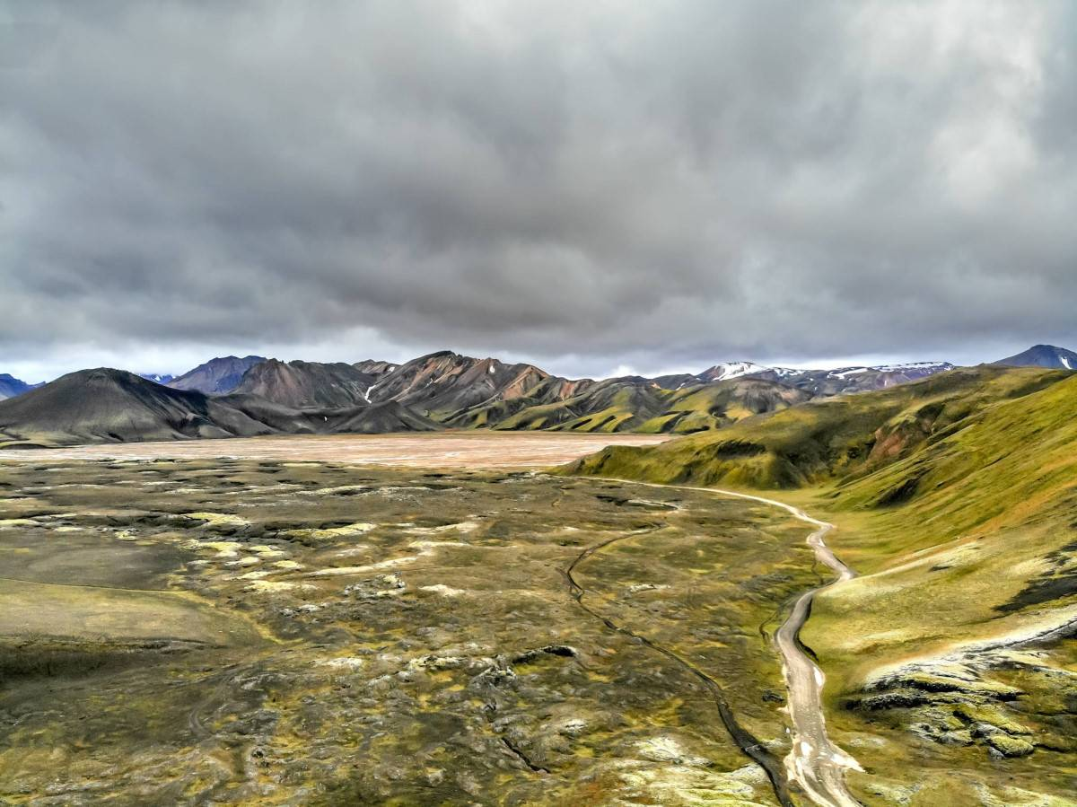 Fjallabaksleið-nyðri-Road-F208-in-iceland-view-of-green-open-field-in-the-highlands-of-iceland